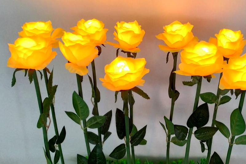 布绢玫瑰花带叶子