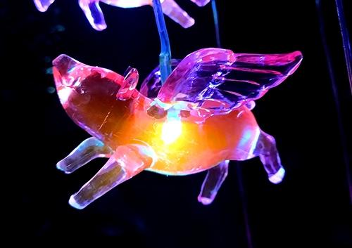 led太阳能风铃灯小飞猪